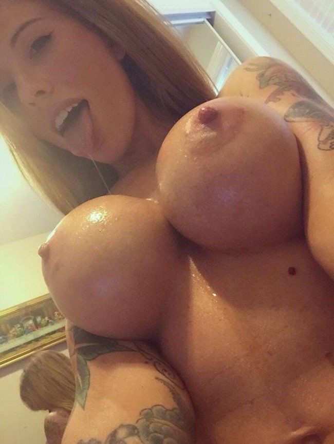 Blonde babe with big tits nude selfie